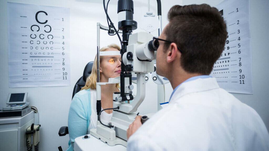 Augenarzt Untersuchung Augen lasern
