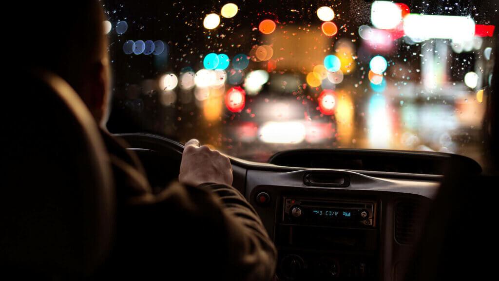 Blendempfindlichkeit beim Autofahren? Augen lasern als Lösung