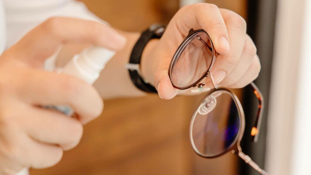 Anti-Beschlag-Beschichtung für die Brille über der Maske