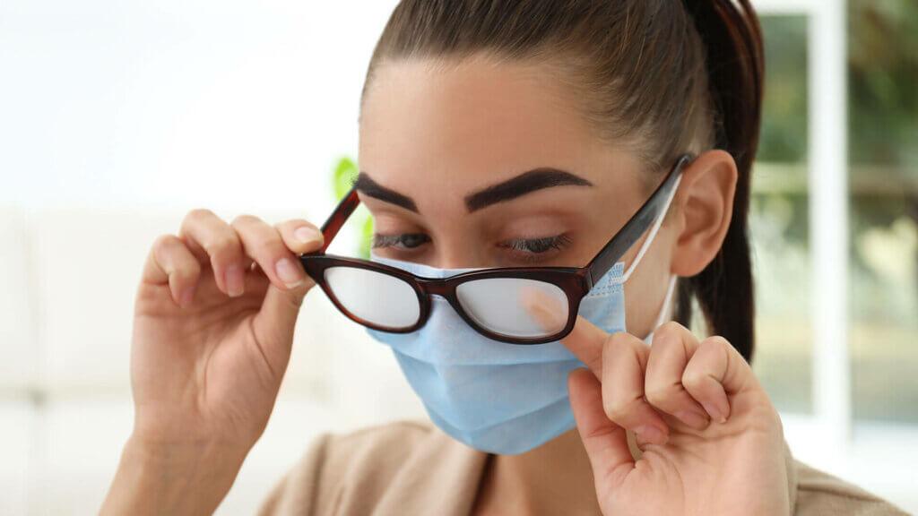 Warum beschlägt die Brille beim Tragen eines Mundschutzes?