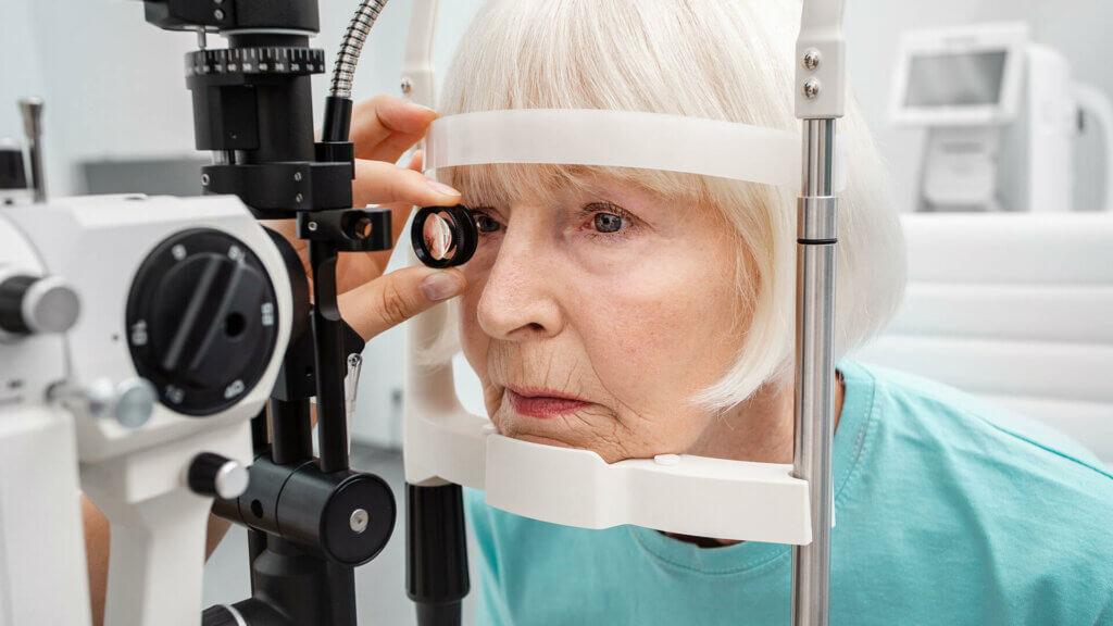 Grauer Star: Der Augenarzt stellt durch verschiedene Untersuchungen eine Diagnose