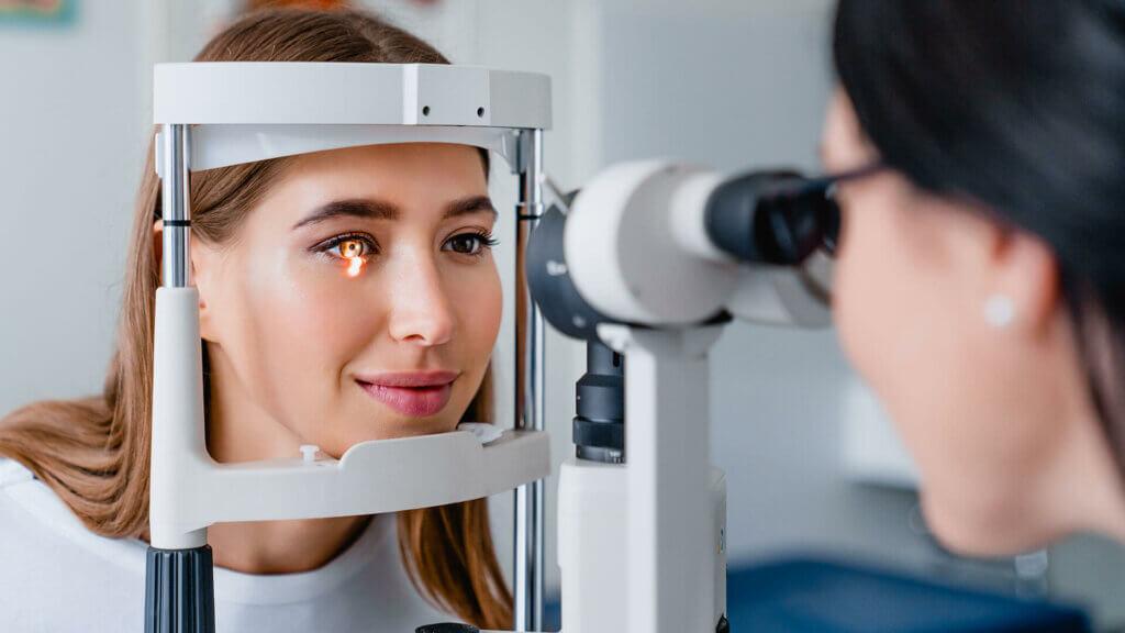 Wann sollte ich bei Druck auf den Augen zum Arzt?